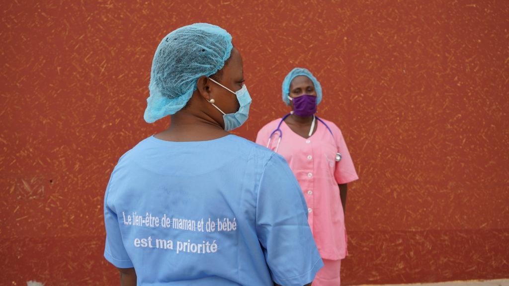 Don de blouses aux sages femmes et aides soignantes des 3A_adjarra_22 mai 2020_Steeven AGBELESSESSI_DSC02498 (48)